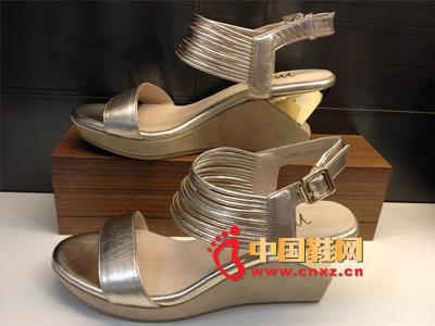 夏季时尚女鞋,新款时尚百搭银色系扣坡跟女凉鞋