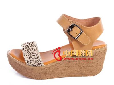 夏季时尚女鞋,新款时尚休闲卡其色系扣厚跟坡跟女凉鞋