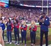 杜兰特戴奥运金牌亮相NFL 华府球迷:家乡骄傲