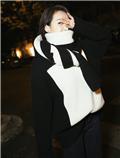 宋茜穿着黑白相间毛衣 造型简约时髦又温暖