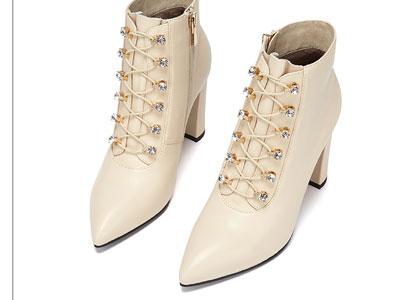 卡迪娜2020冬季新款时尚尖头粗跟短靴绑带高跟女靴