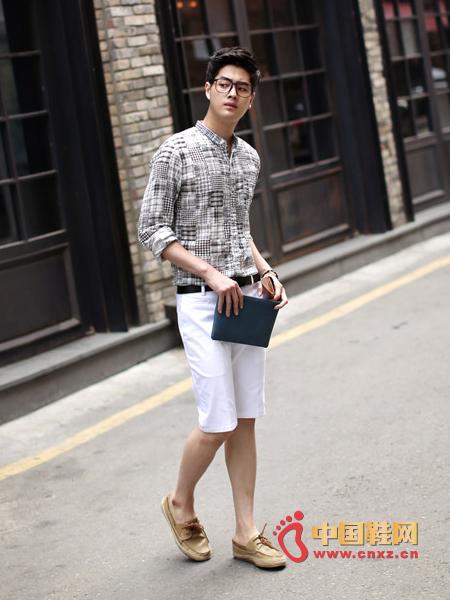 搭配上白色休闲短裤