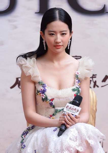 刘亦菲抛玉女形象 低胸裙搭高跟鞋扮性感女神