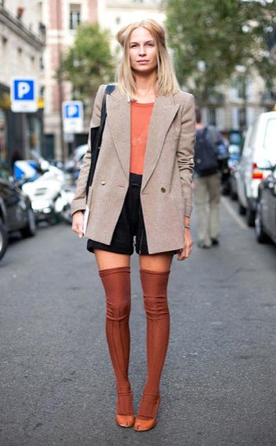 过膝长袜如何搭配_保暖过冬 过膝长袜+单鞋的时髦搭-我的鞋柜-中国鞋网