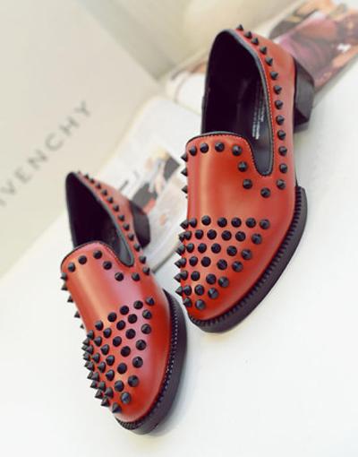 鞋盖布贴画-铆钉双视的低跟鞋,酒红色皮质面料,带有淡淡的光泽感,增添复古气
