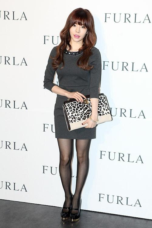 少女时代Sunny着紧身裙搭高跟鞋出席品牌活动