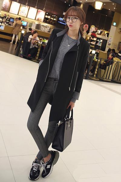 大衣搭配上短款毛衣,保暖又很有层次感,下半身搭配上牛仔紧身裤和运动图片