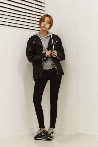 短款皮衣+棕色马丁靴+黑色包包(合作媒体:服装搭配)