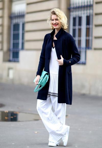 白色的低领口长款上衣既显清纯又能秀出事业线