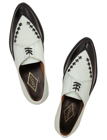 既有双色拼接,又有鞋头处趣味的缝纫线