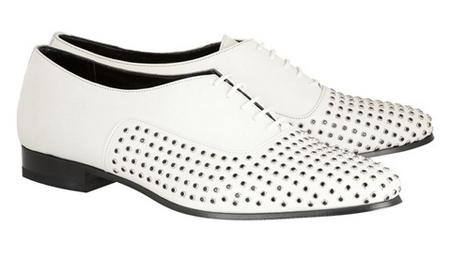 想要在夜色中充满存在感,一双装饰着点点黑色水晶的全白牛津鞋