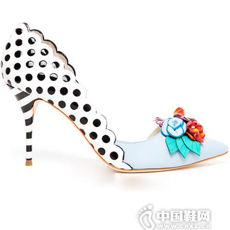 花朵图案的高跟单鞋搭配经典不衰的波点图案
