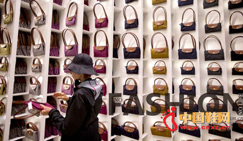 顾客选购Longchamp 珑瓖Le Piliage 手袋
