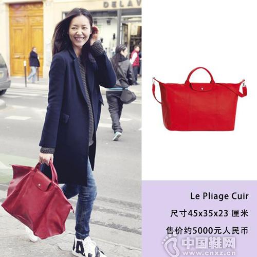 刘雯帅气长款大衣搭配亮眼红色水饺包