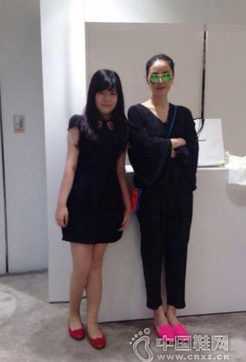 王菲香港v粉丝深蹲挑鞋翘粉丝与双手合影爆游戏视频聚图片