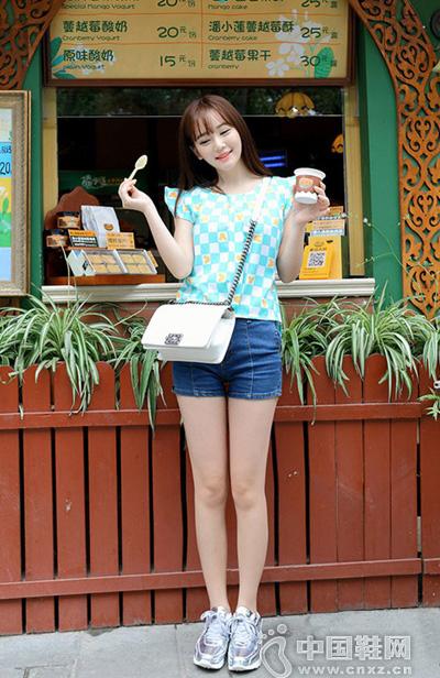 蓝白格纹的花边袖上衣搭配牛仔短裤