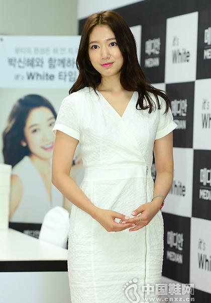 朴信惠穿着一袭白裙搭高跟鞋现身