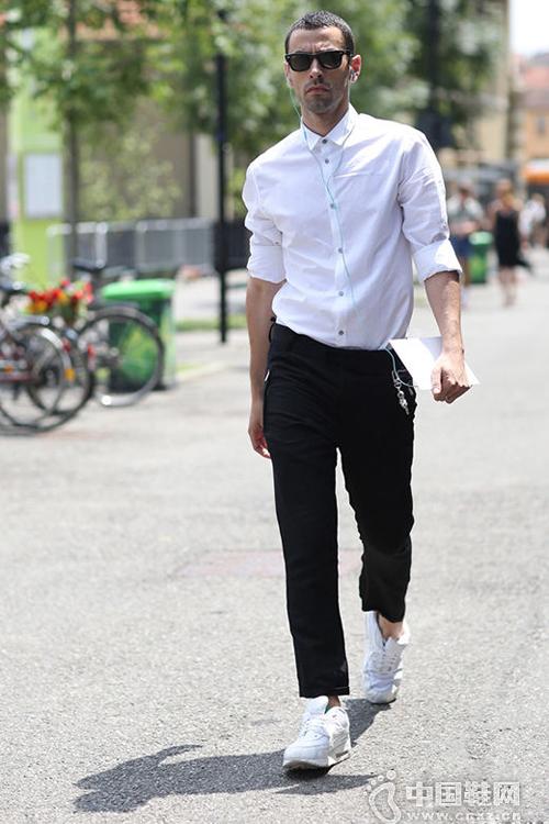 白衬衫+白色运动鞋