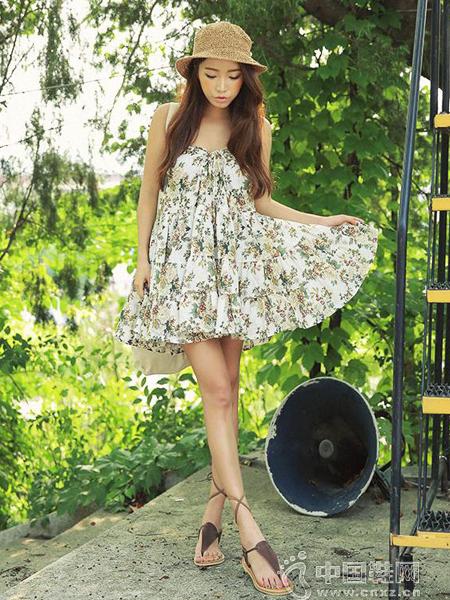 女孩花边白袜配凉鞋