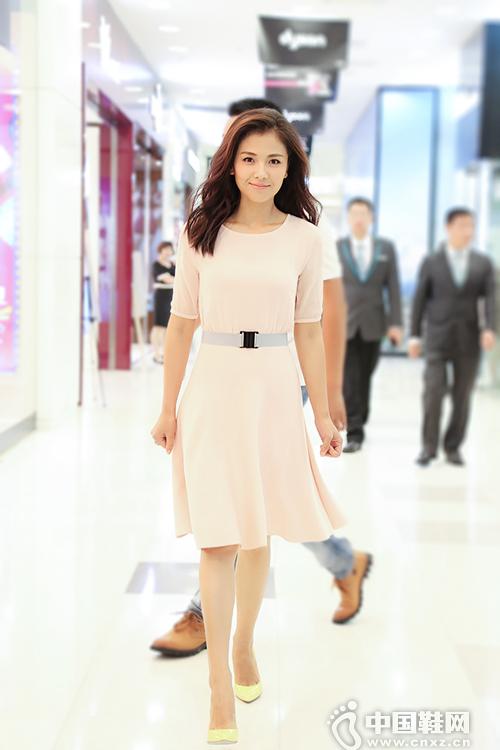 刘涛粉裙搭高跟鞋亮相