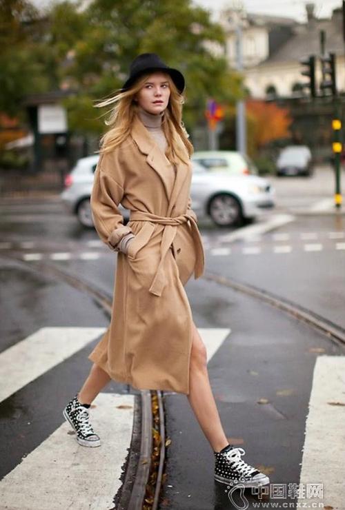 大衣搭配运动鞋