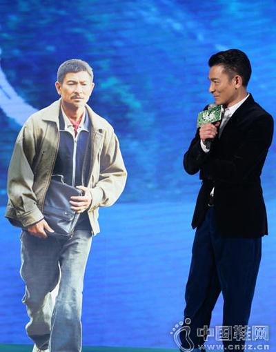 刘德华穿帅气鞋服现身 称从小的梦想是做农民