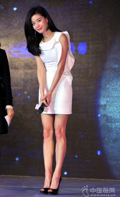 全智贤现身活动 穿白裙搭高跟鞋秀长腿