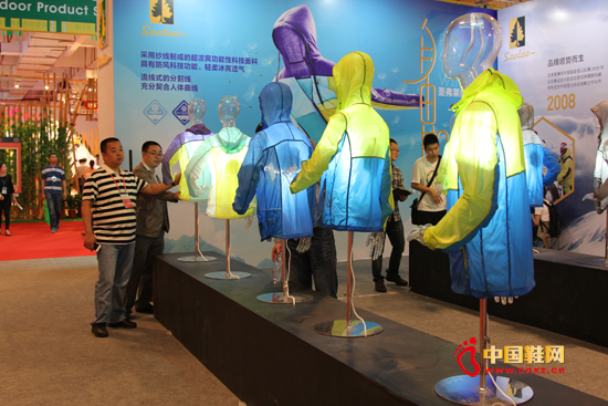 2015年第十七届中国(晋江)国际鞋业博览会于4月18日在中国鞋都福建晋江隆重开幕,作为国内户外品牌TOP10之一的圣弗莱品牌再度亮相第十七届中国(晋江)鞋博会。
