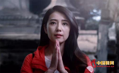 在尼泊尔神圣的庙宇前、纯净的高山上、虔诚的人群中,高圆圆轻柔细语,诉说着她破茧成蝶的故事。