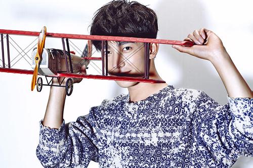 玩飞机模型展大男孩心性