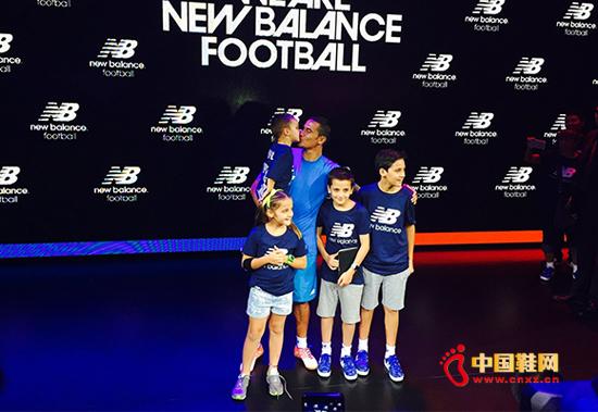 卡希尔似乎不受传闻影响,带着四个孩子一起为New Balance的全新足球装备助威。