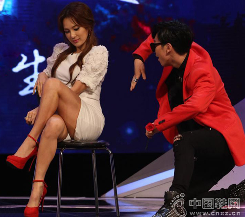 员热舞 称愿嫁中国男人