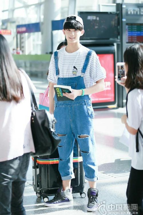 吴磊现身机场 穿背带裤反戴帽子洋溢青春气息