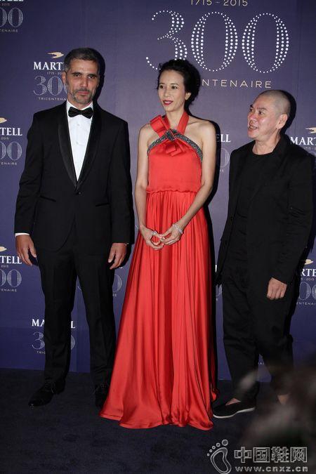 莫文蔚穿紅裙出席晚宴 談合作:尺度要問老公