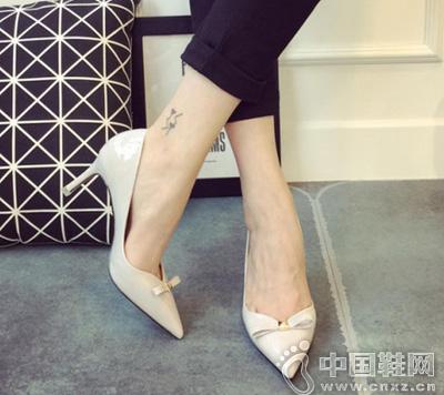 糖果色一字蝴蝶结高跟单鞋,时尚感出众,近显高端的气质