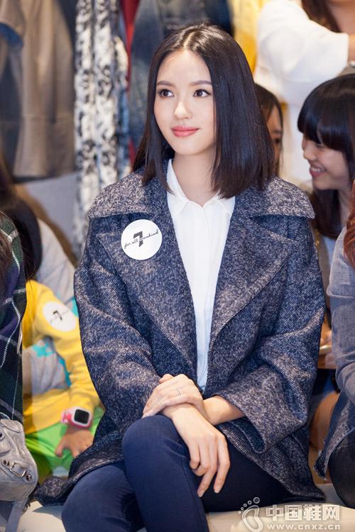 张梓琳现身时尚活动 牛仔裤搭高跟鞋秀大长腿