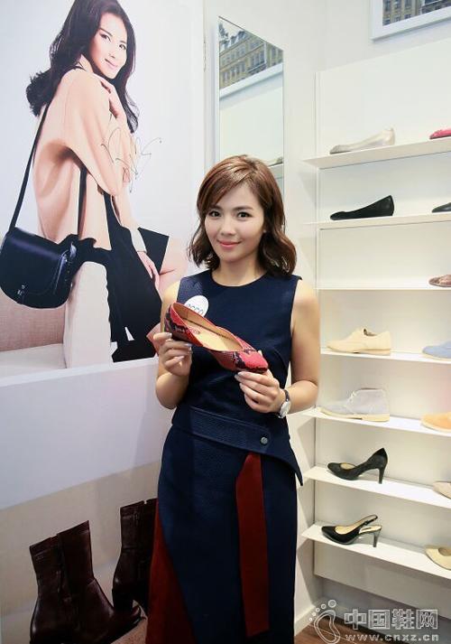中国鞋网:刘涛穿露背裙出席品牌鞋履活动