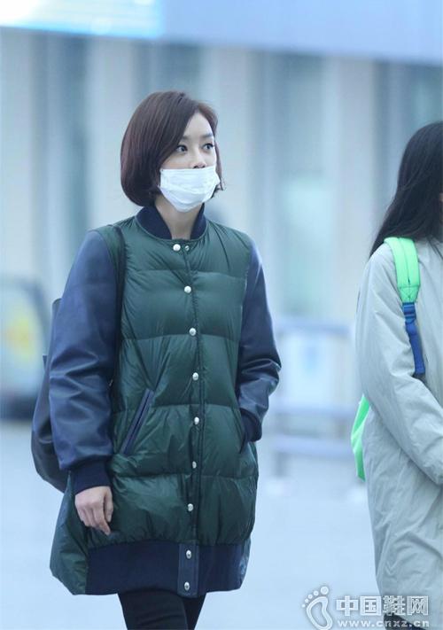袁姗姗素颜现身机场 穿棉服长裤包裹严实