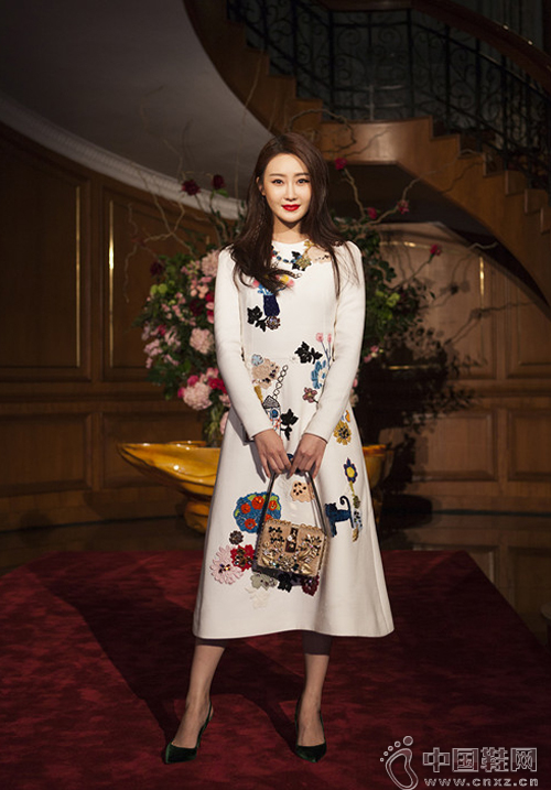 林鹏穿刺绣连衣裙现身活动图片