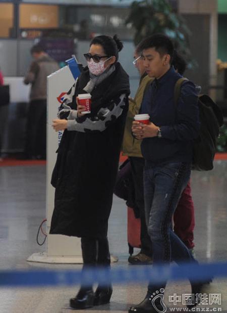 许晴穿棉服现身机场 获经纪人陪护全程讲不停