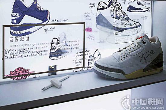 """""""伟大殿堂""""中展出的 Air Jordan 3 球鞋,背景是设计师 Tinker Hatfield 的设计图"""