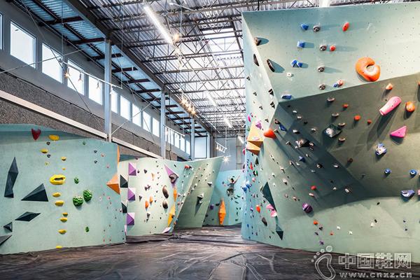 攀岩墙   这里的攀岩墙统一选择了比较轻柔的浅蓝色(潘通色彩指南出的年度流行色Serenity 真的被用得很多),上面是色彩缤纷、形状和大小不一的岩石点。攀岩馆的其他区域也是这样充满色彩。接待处、休息区、更衣室的墙面和家具都用上了黄、蓝、灰的大色块,并常使用温柔的木材料。让这个运动场馆不太像通常的健身房、体育馆,充满硬朗、热血的气息,它的氛围更柔和、轻松,对家庭和公众都很友好。
