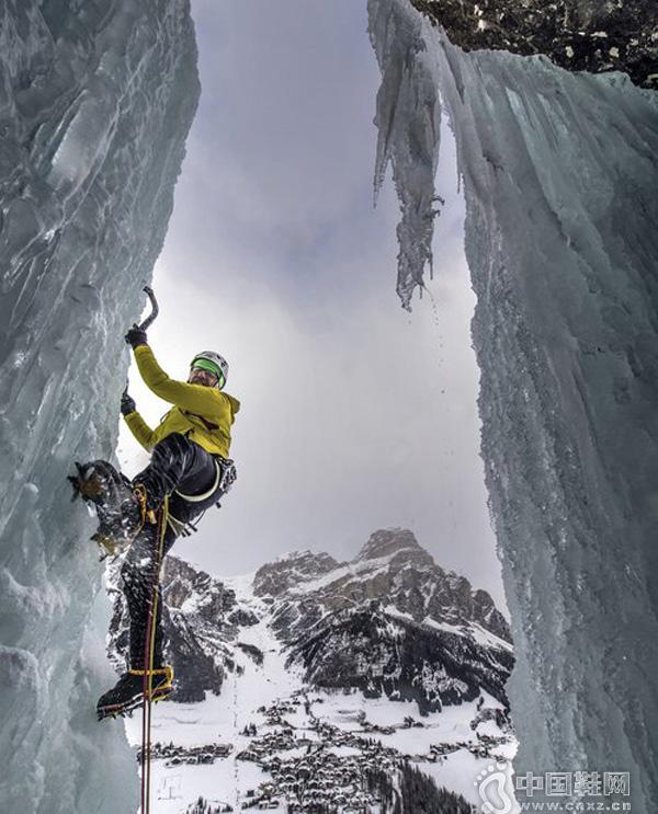 探险家挑战攀爬冰冻瀑布 画面惊险刺激