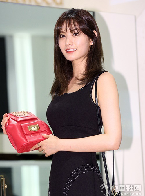 中国鞋网:韩星nana穿黑裙搭高跟鞋秀长腿