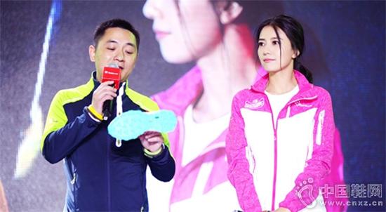 探路者代言人高圆圆与探路者徒步事业部总经理陈凯在活动现场