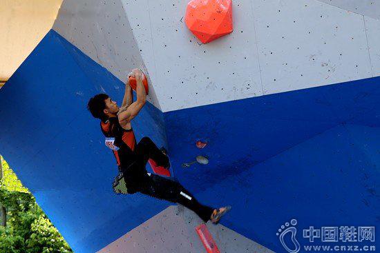 男子攀石决赛中,瞿海滨按照自己设计的路线努力向上攀登着。