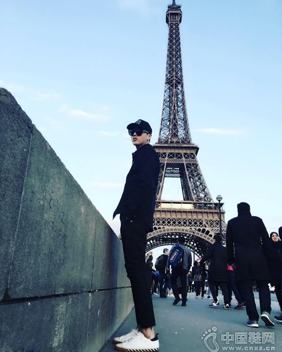 吴亦凡晒出一组在巴黎铁塔