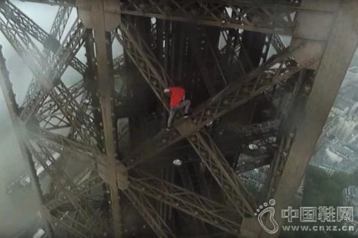 两勇士无安全绳索徒手攀登巴黎埃菲尔铁塔