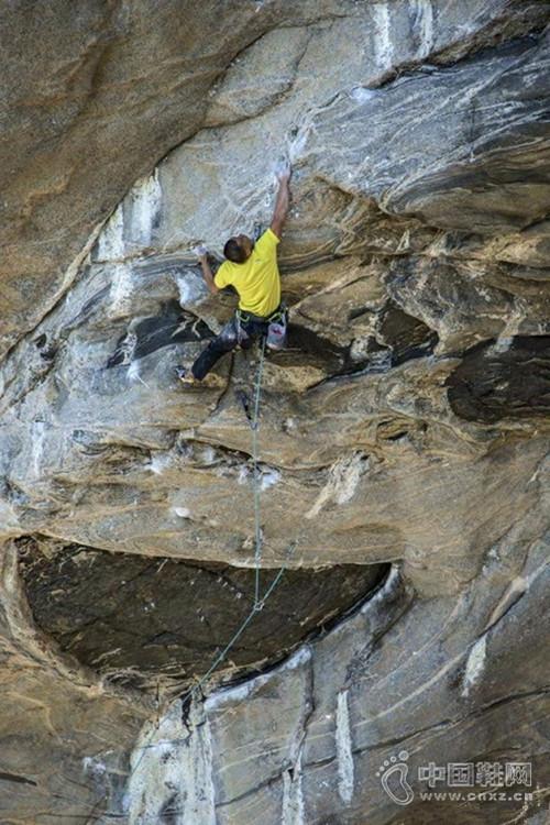 47岁大叔攀岩不减当年 拿下8c+大岩壁路线