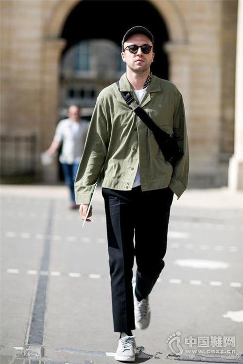 【街拍】黑白灰枯燥乏味 换件绿色单品穿穿